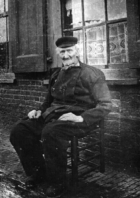 Albert Hendriks Diender, born on 9-6-1826, on his chair in front of his house in Kampen. From Schokkererf no.9, September 1988.