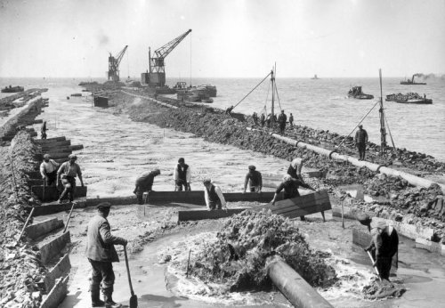 Construction of the dike from Lemmer to Urk in connection with the construction of the Noordoostpolder on 21 June 1938.