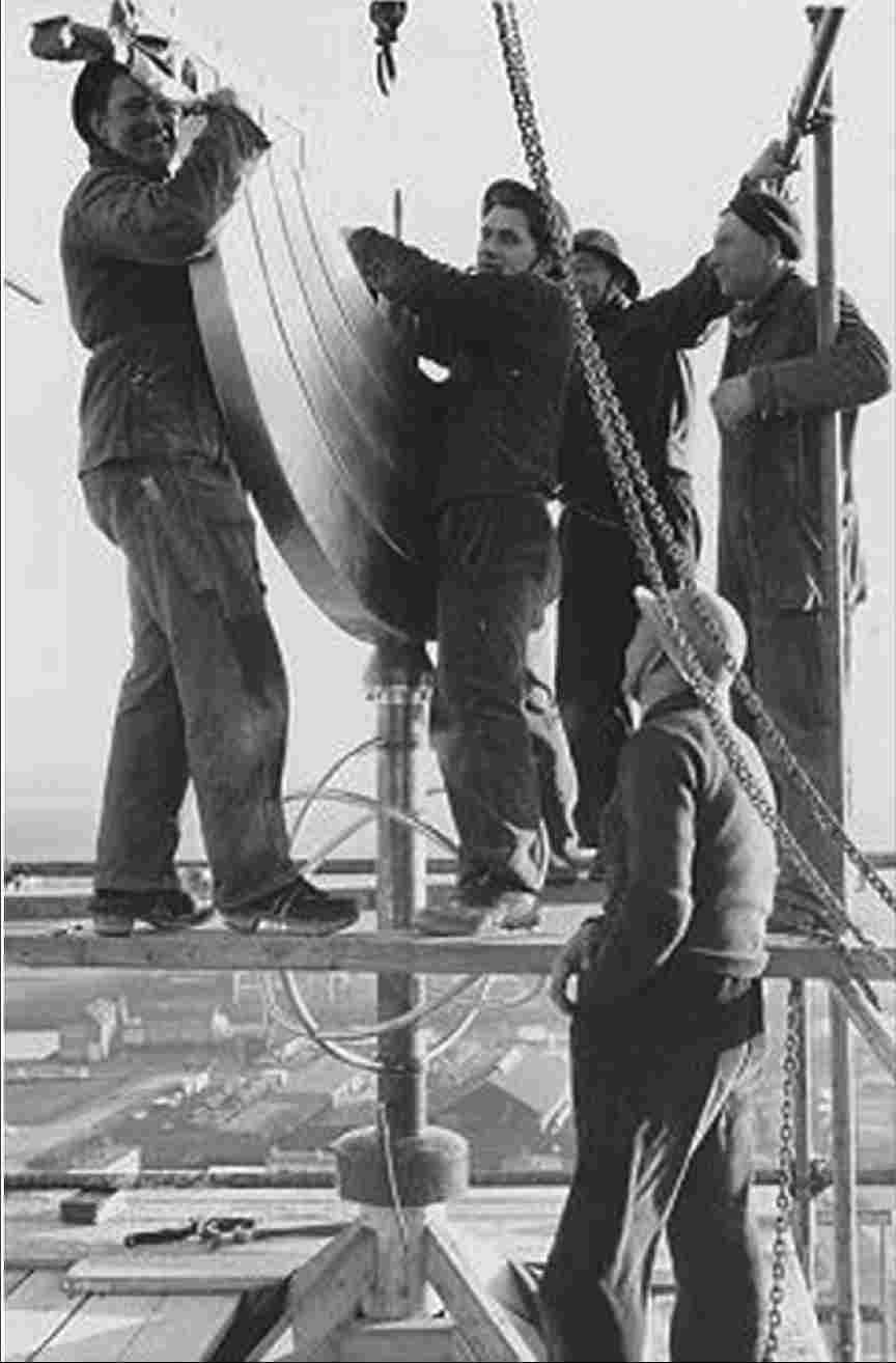 Placement of the weather vane on the polder tower, 1959.