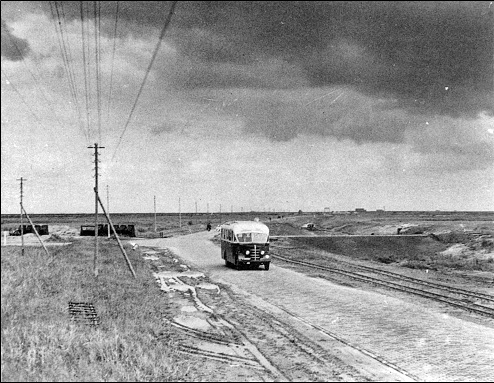 Buses connect the Polder with the old land. This bus from Zwartsluis is on its way to the still bare polder on 1 August 1947.