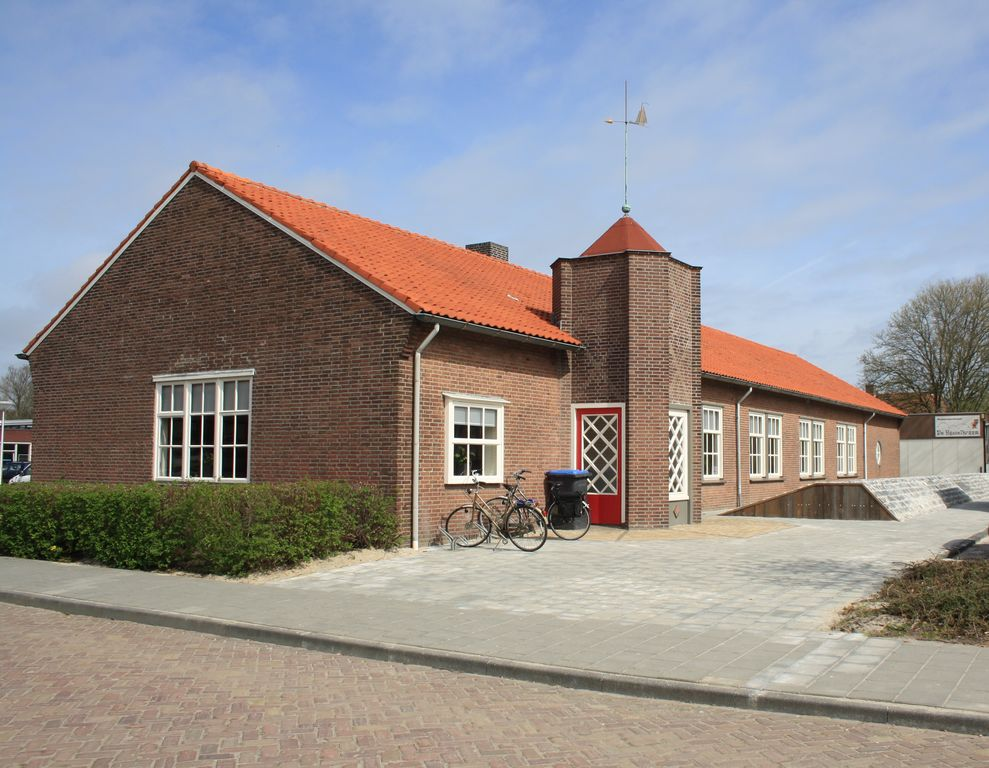 The former Office of the Dienst der Zuiderzeewerken (dep. Noordoostpolder) dates back to 1948. The building has the stylistic elements of the Delftse School, of which it is a frugal variation.