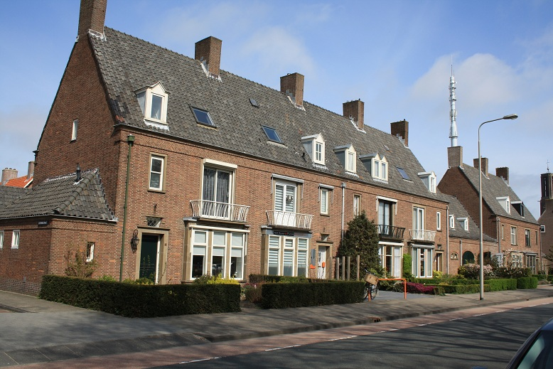 National heritage site at the Koningin Julianastraat, Emmeloord: two virtually identical terraced homes with garages, erected in clean brick from rectangular maps