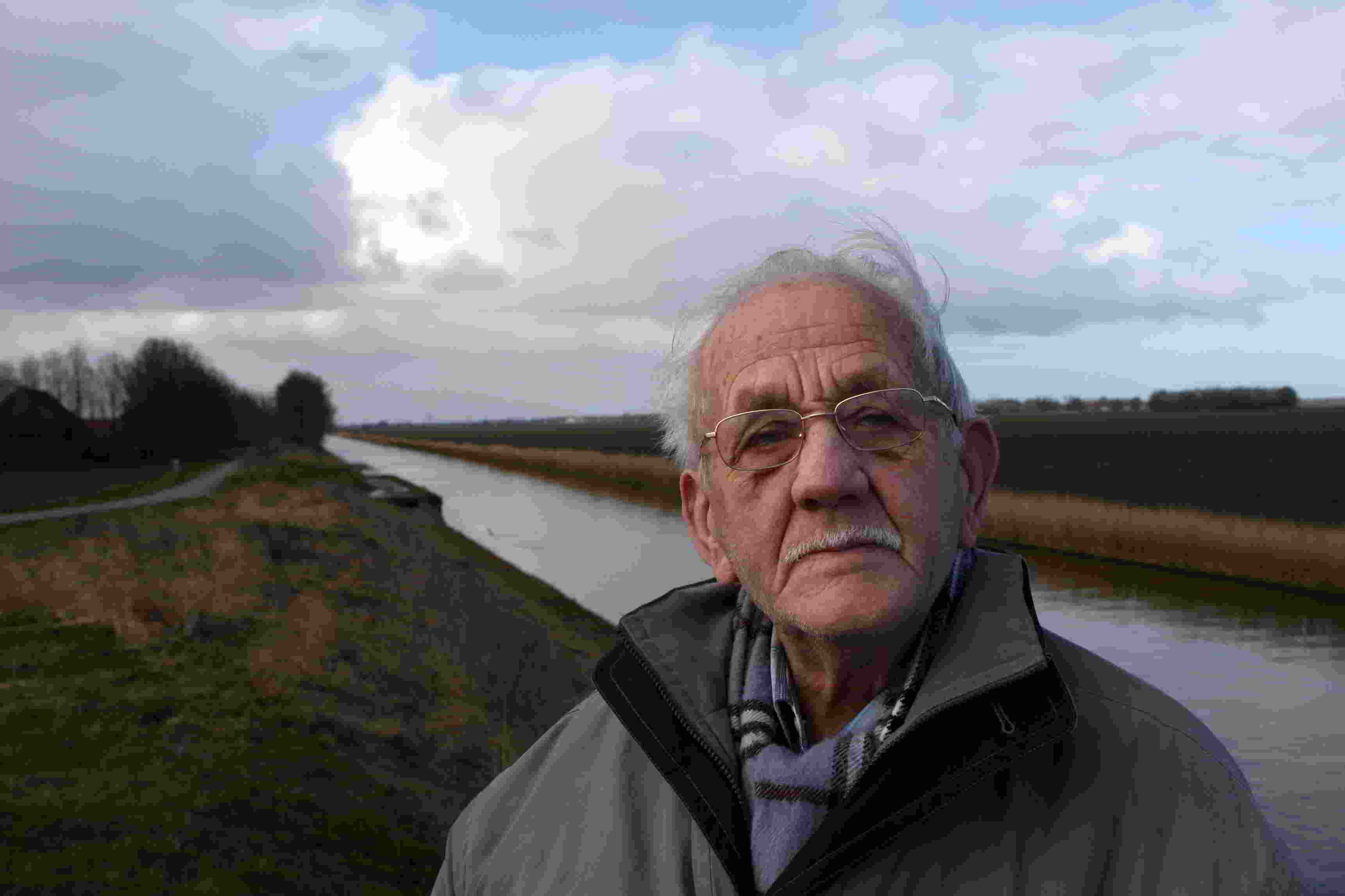 Lucas Huizinga (1917-2012) from Marknesse worked for many years in the exploitation of the Noordoostpolder in the 1940s. Digging ditches and spreading fertiliser day after day.