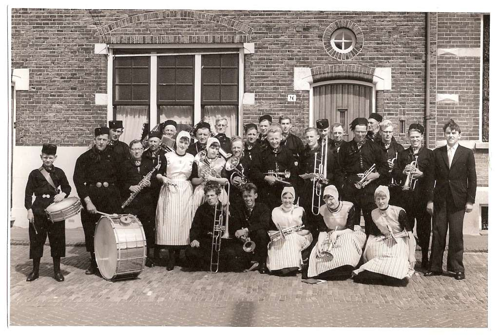 As musical society Valerius from Urk could not gather enough members to play on Herring Fleet Day, members of musical society Melodia from Luttelgeest were asked to play together in Vlaardingen, dressed as Urkers (early 1960s).