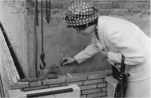 Laying the foundation stone of the Dokter J.H. Jansen Hospital by Ms Tilly Jansen, 1962.