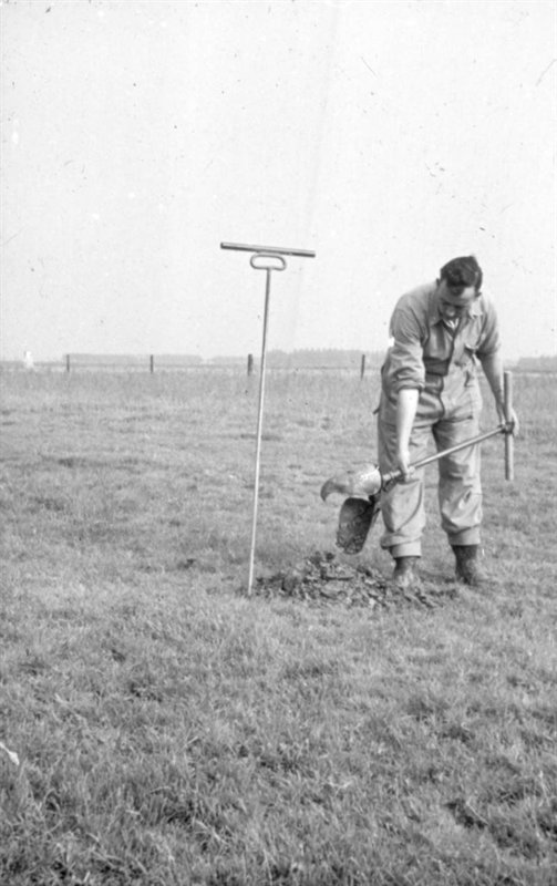 Maintenance on the drainage system with a clack bit. The picture was taken on test farm De Kandelaar in Marknesse, 21 September 1956.