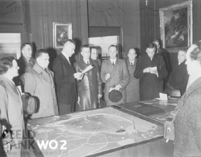 The mayor of Kampen, mister Oldenhof, receives German journalists at the town hall. At the front, a plaque of the Noordoostpolder and the Zuiderzee works, which was explained to the German journalists.