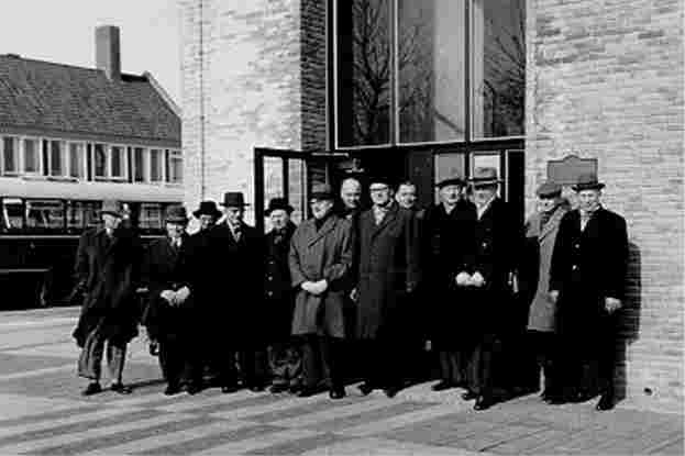 Official visit of members of the Provincial Executives of Overijssel to the Noordoostpolder. The ensemble at the base of the Poldertoren on De Deel, 1962.
